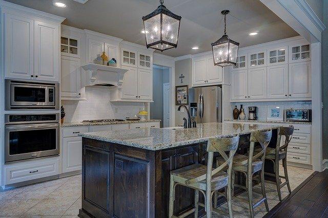Oświetlenie w mieszkaniu i stoły drewniane, czyli komfortowa i funkcjonalna jadalnia